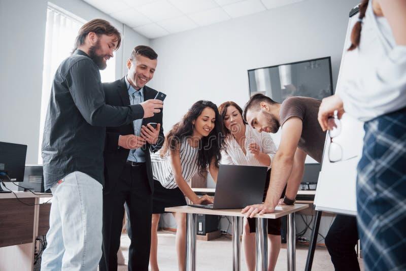 Portret van creatief team die in bureau op vergadering spreken stock fotografie