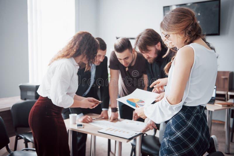Portret van creatief team die in bureau op vergadering spreken royalty-vrije stock foto