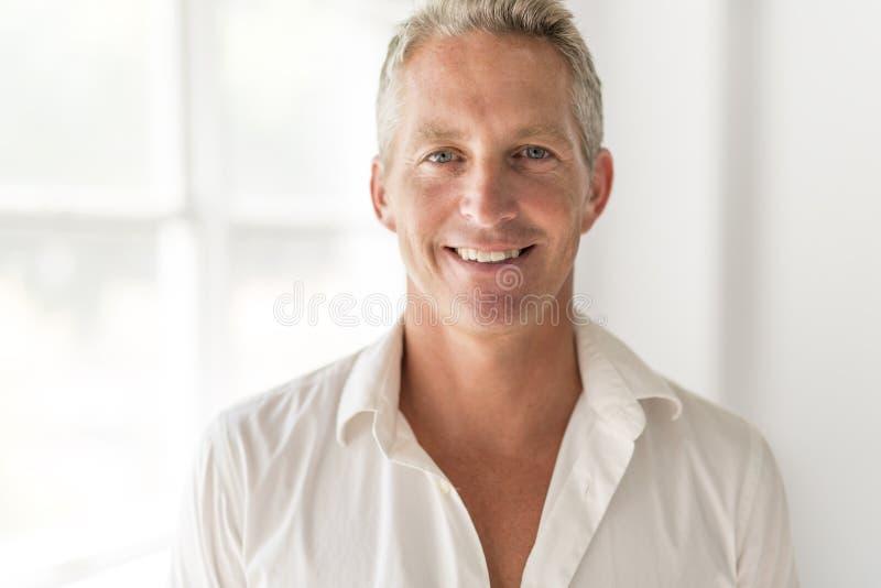 Portret van de aantrekkelijke 40 éénjarigenmens stock afbeelding
