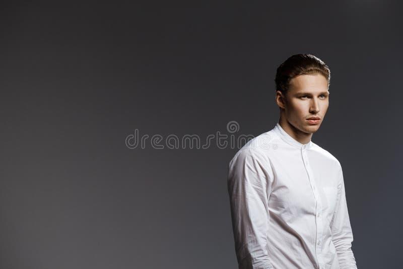 Portret van de aantrekkelijke Kaukasische mens over grijze achtergrond royalty-vrije stock afbeelding