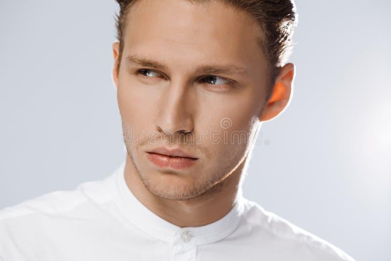 Portret van de aantrekkelijke Kaukasische mens over witte achtergrond royalty-vrije stock foto's