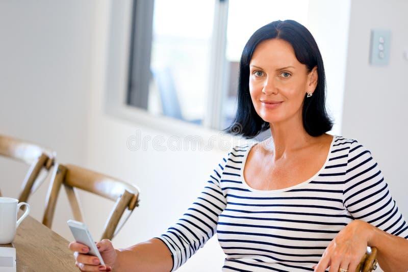Portret van de aantrekkelijke telefoon van de vrouwenholding stock foto's