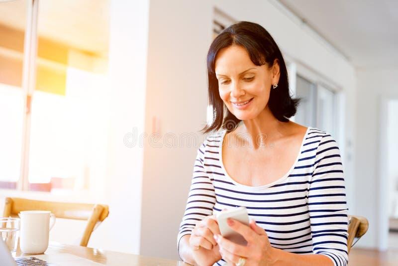 Portret van de aantrekkelijke telefoon van de vrouwenholding royalty-vrije stock afbeelding
