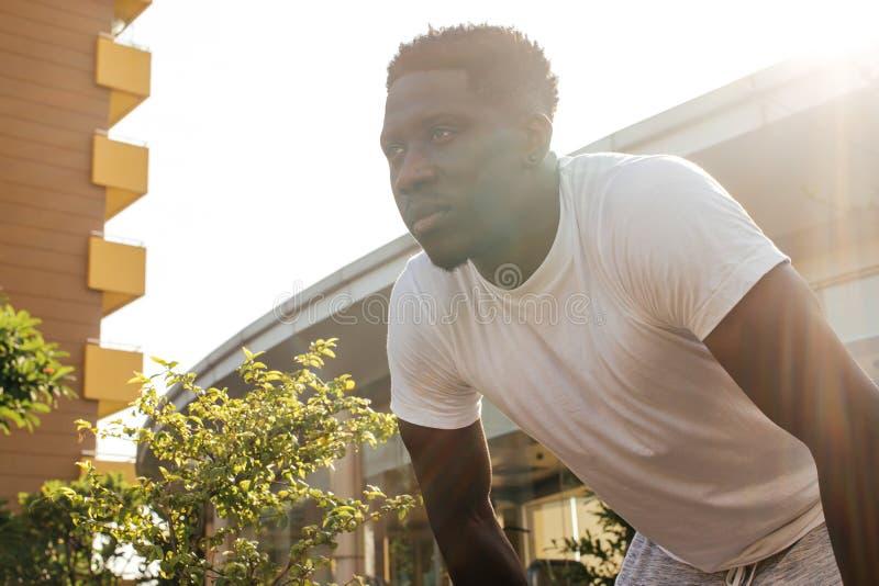 Portret van de Afrikaanse Amerikaanse mens die een rust nemen tijdens jogging royalty-vrije stock fotografie