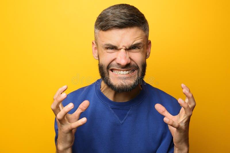 Portret van de agressieve mens op kleurenachtergrond royalty-vrije stock fotografie