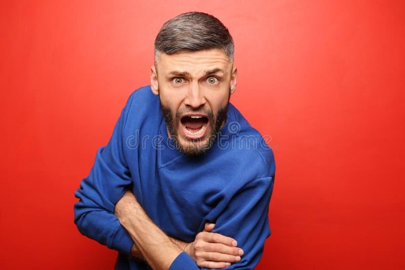 Portret van de agressieve mens op kleurenachtergrond royalty-vrije stock foto