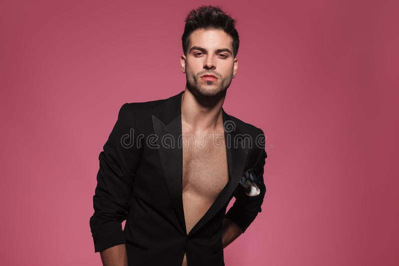 Portret van de arrogante sexy mens die slechts een zwarte smoking dragen royalty-vrije stock fotografie
