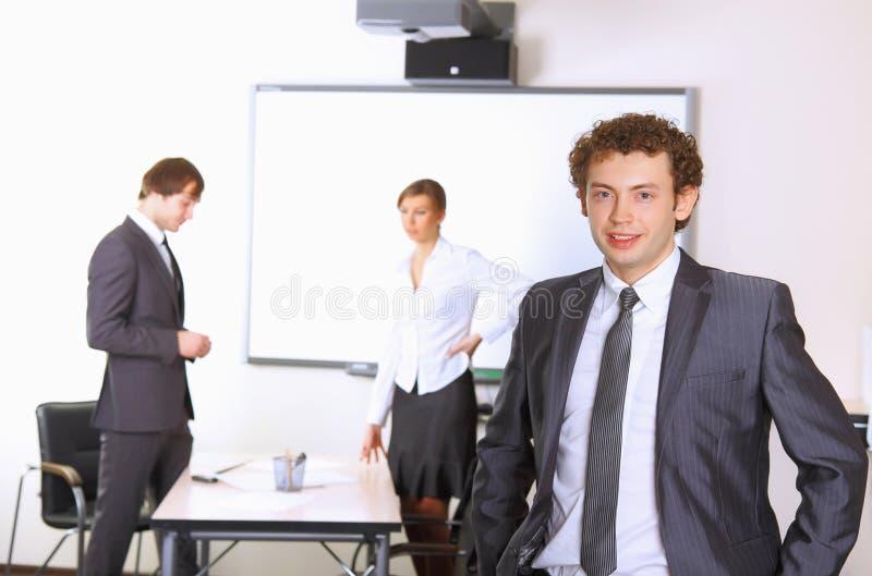Portret van de bedrijfsmens met team stock afbeeldingen