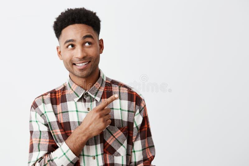 Portret van de blije gelukkige rijpe aantrekkelijke zwart-gevilde mens die met afrokapsel in toevallig geruit overhemd opzij kijk royalty-vrije stock foto