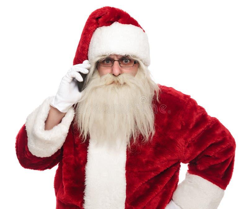 Portret van de boze Kerstman die op de telefoon spreken stock foto