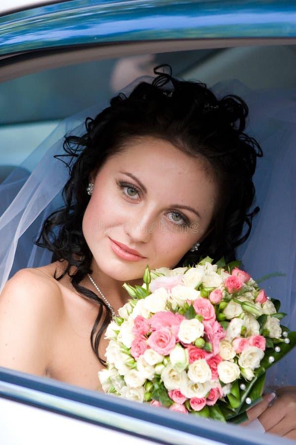 Portret van de bruid in de huwelijksauto royalty-vrije stock foto's