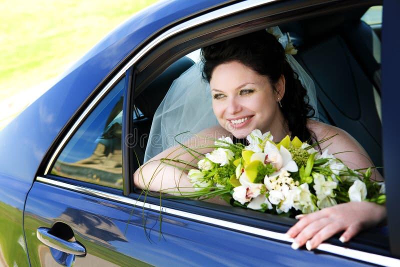 Portret van de bruid in de huwelijksauto stock afbeeldingen