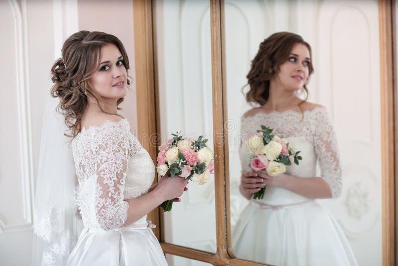 Portret van de bruid dichtbij de spiegel royalty-vrije stock afbeeldingen
