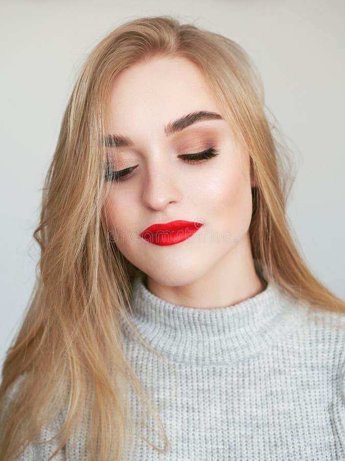 Portret van de close-up het natuurlijke lichte schoonheid van het model van de blondevrouw met de trillende verzadigde rode make- stock afbeeldingen