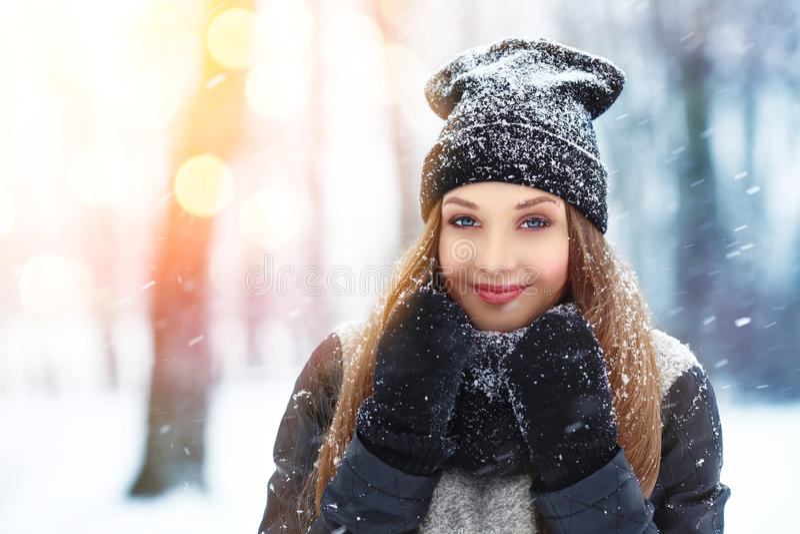 Portret van de de winter het jonge vrouw Schoonheid Blij ModelGirl die en pret in de winterpark lachen hebben Mooie jonge vrouw i royalty-vrije stock afbeelding