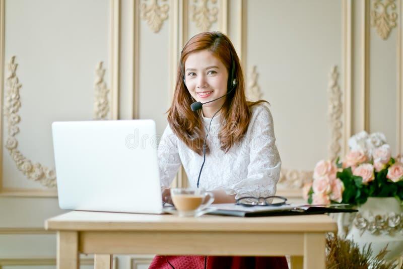 Portret van de dienstarbeider van de vrouwenklant, call centre die o glimlachen royalty-vrije stock fotografie