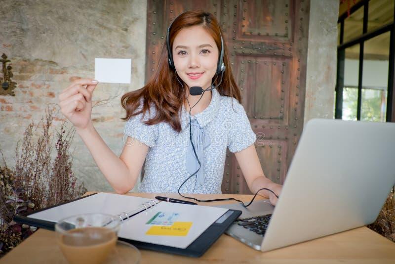 Portret van de dienstarbeider van de vrouwenklant, call centre die o glimlachen royalty-vrije stock foto's