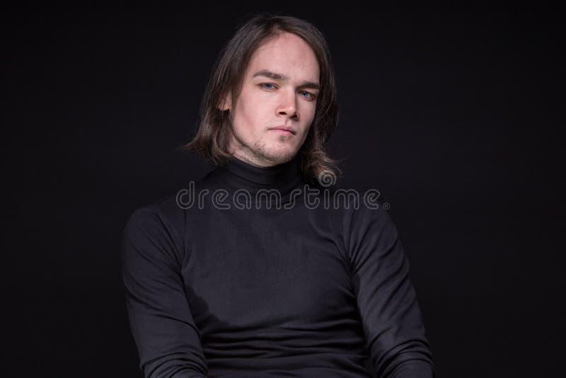 Portret van de donkerbruine jonge mens royalty-vrije stock foto's
