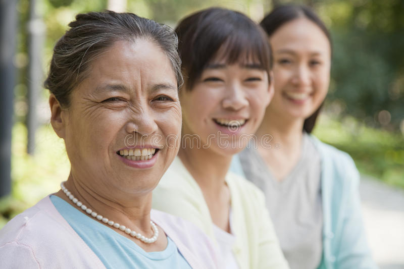 Portret van de drie generatie het vrouwelijke familie, in openlucht Peking royalty-vrije stock afbeeldingen