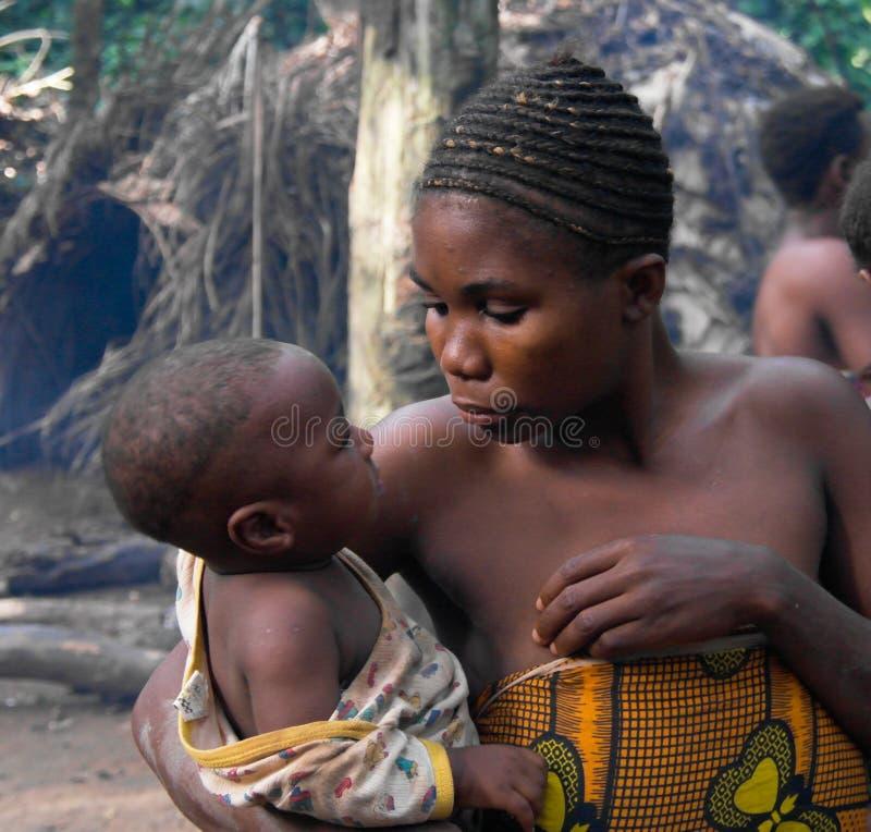Portret van de dwergvrouw van Baka met kind, Dja-Reserve, Kameroen royalty-vrije stock fotografie