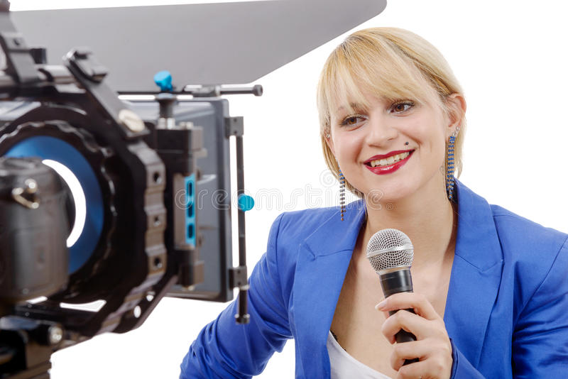 Portret van de elegante verslaggever van vrouwentv, die glimlacht en looki stock foto's