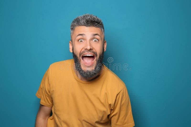 Portret van de emotionele mens met geverft haar en baard op kleurenachtergrond royalty-vrije stock afbeeldingen