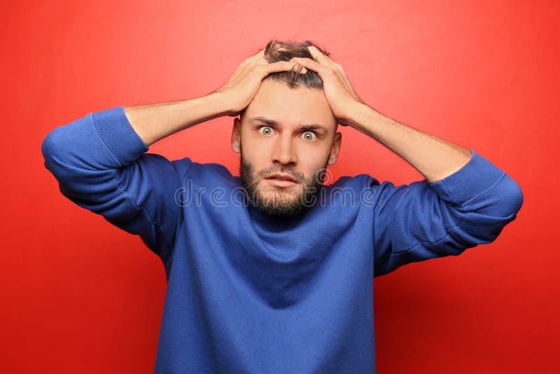 Portret van de emotionele mens op kleurenachtergrond royalty-vrije stock foto