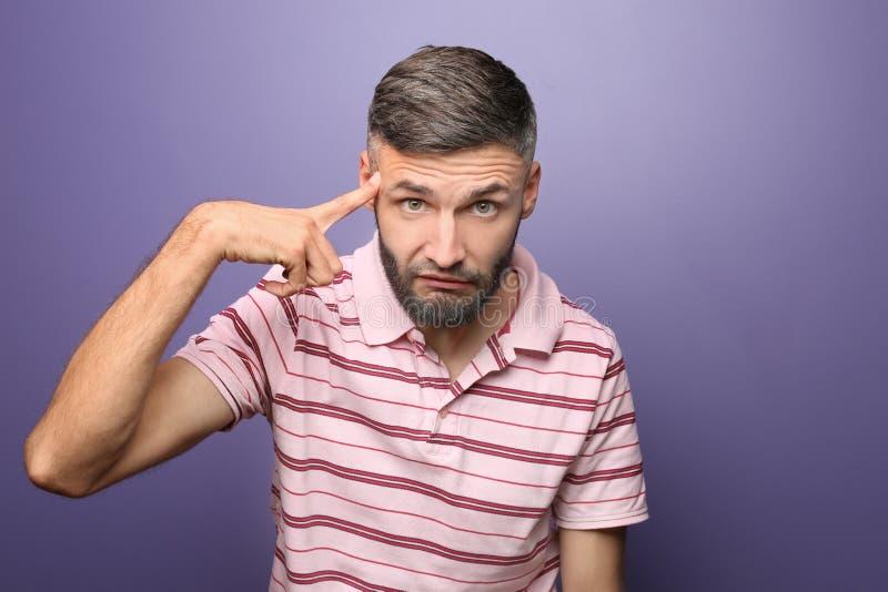 Portret van de emotionele mens op kleurenachtergrond stock foto's