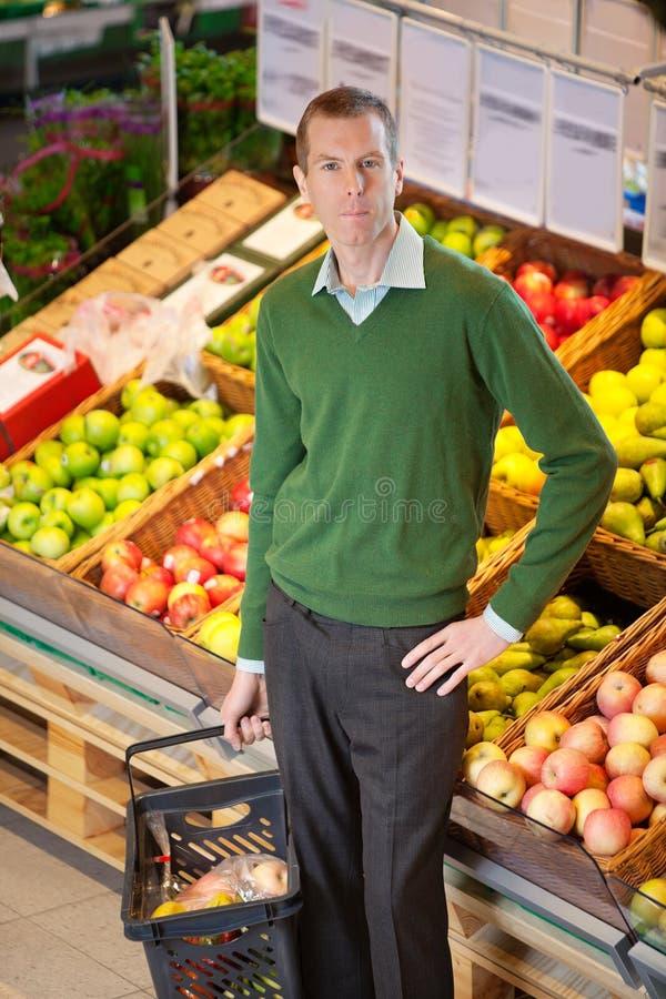 Portret van de ernstige mens in winkelend centrum stock afbeeldingen