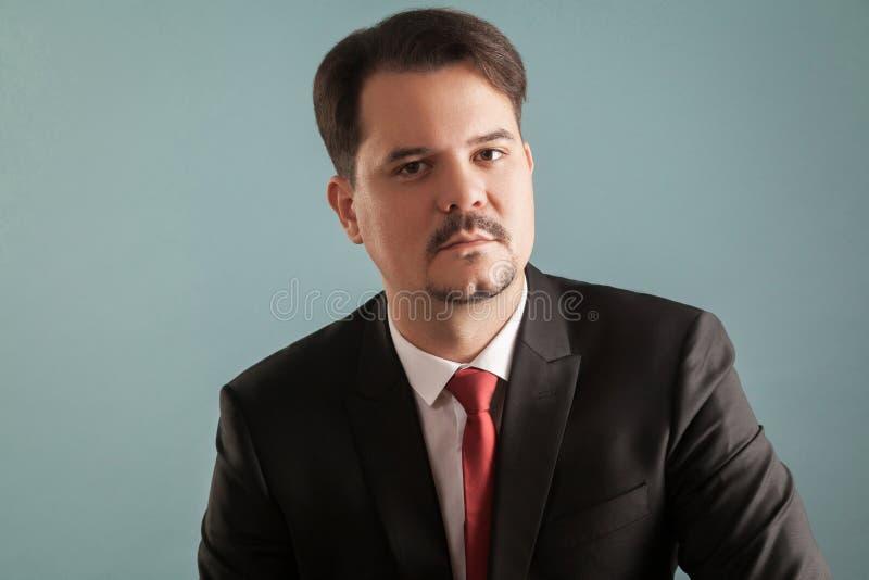 Portret van de ernstige werkgever, ceo of bedrijfsmens stock foto's