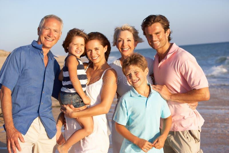 Portret van de Familie van Drie Generatie op Strand stock afbeelding