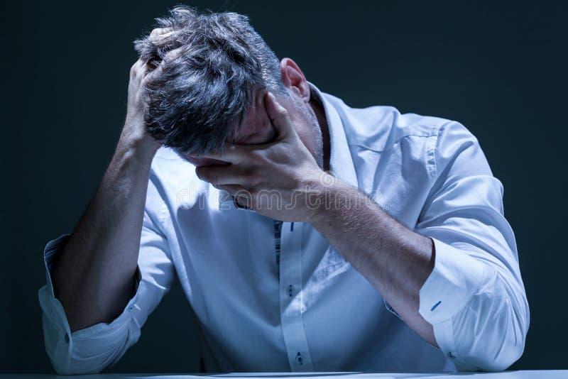 Portret van de gedeprimeerde mens in pijn royalty-vrije stock afbeeldingen