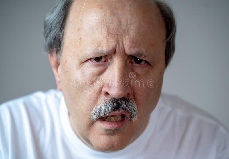 Portret van de gedesorienteerde en verwarde oude mens die aan Alzheimer lijden royalty-vrije stock foto's