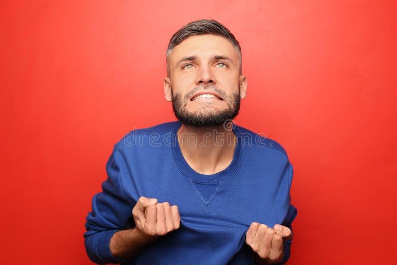 Portret van de gekke mens op kleurenachtergrond royalty-vrije stock foto's