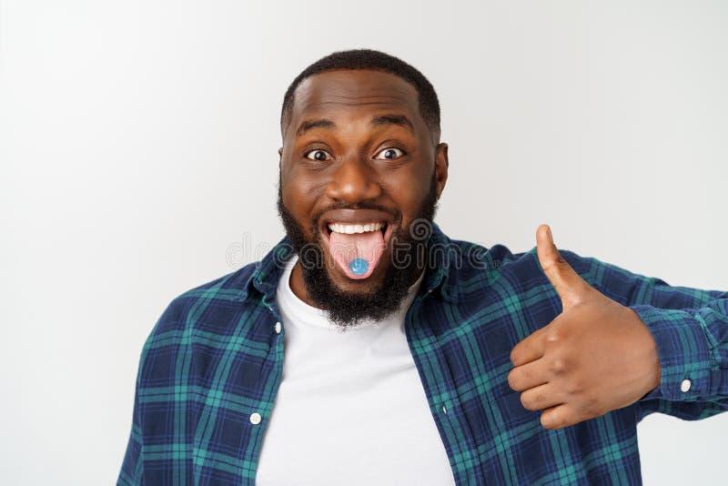 Portret van de gelukkige Afro-Amerikaanse knappe gebaarde mens die en duim op gebaar tonen lachen royalty-vrije stock foto