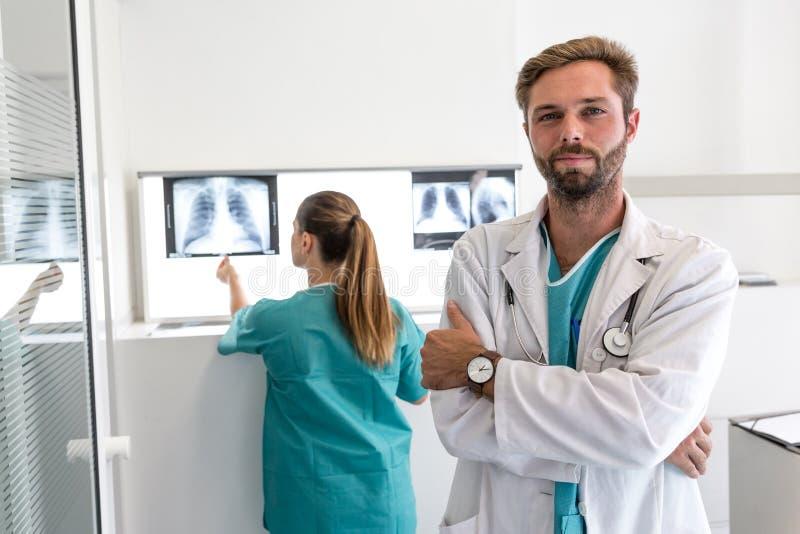 Portret van de Gelukkige chirurg en de verpleegster van het optimistics jonge ziekenhuis stock foto