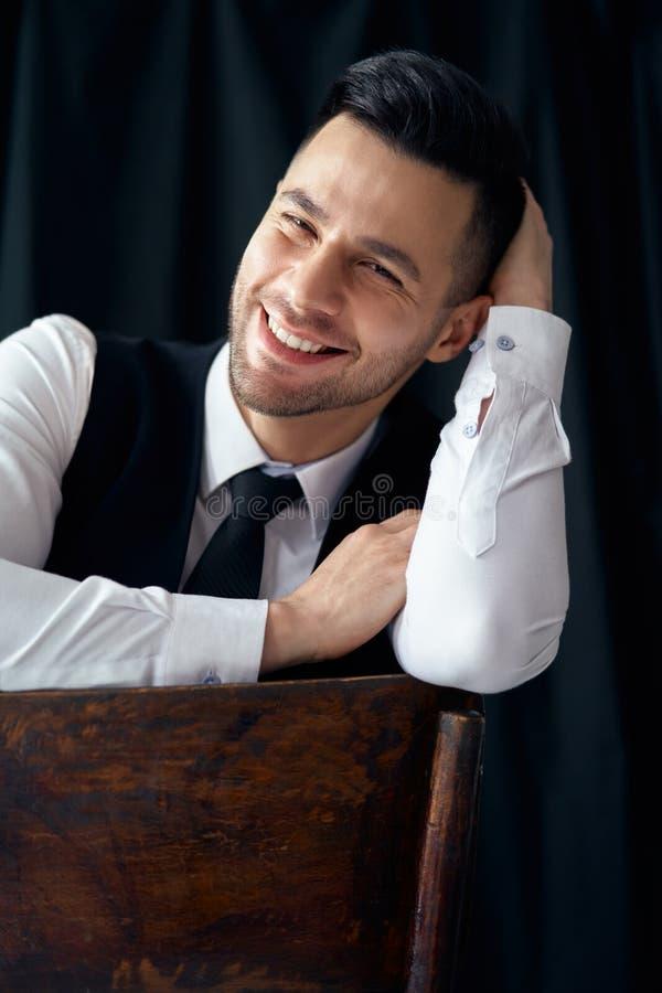 Portret van de gelukkige glimlachende elegante mens royalty-vrije stock afbeelding