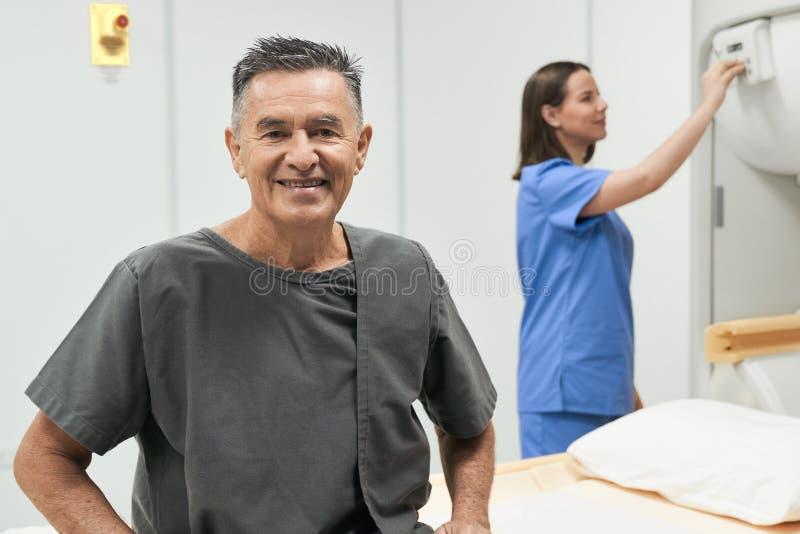 Portret van de Gelukkige Hogere Mens die als Patiënt in het Ziekenhuis glimlachen royalty-vrije stock fotografie