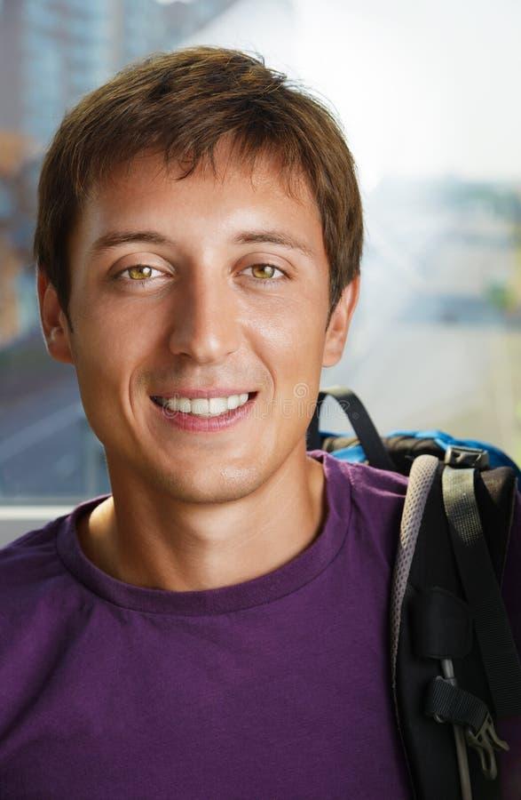 Portret van de gelukkige jonge mens stock fotografie