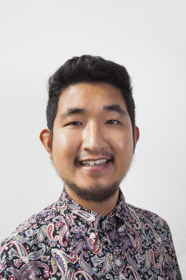 Portret van de gelukkige jonge mens tegen witte achtergrond royalty-vrije stock foto's