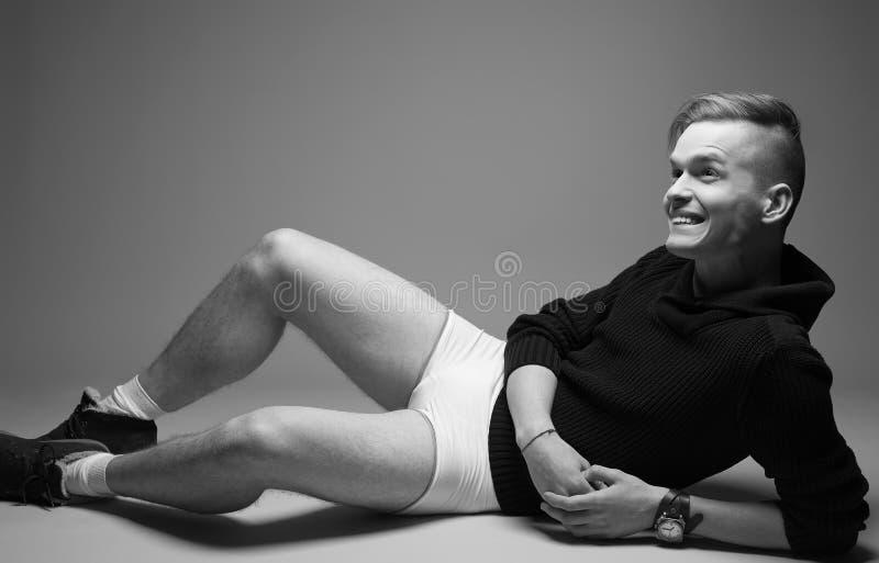 Portret van de gelukkige jonge modieuze mens in in kleren royalty-vrije stock foto's