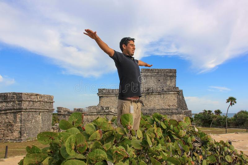 Portret van de gelukkige knappe jonge Mexicaanse mens stock afbeelding