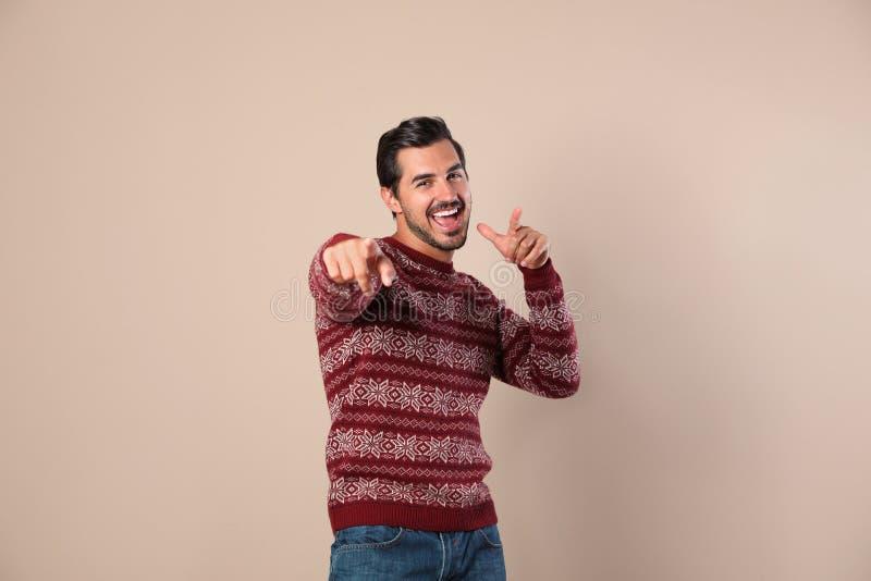 Portret van de gelukkige mens in Kerstmissweater stock fotografie