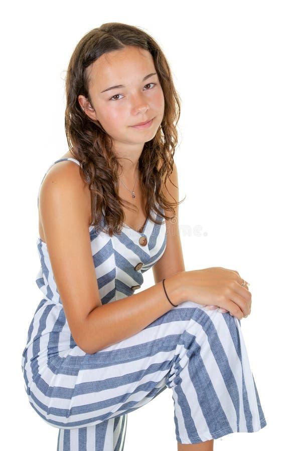 Portret van de gelukkige mooie geschikte jonge het glimlachen slanke die manier van het tienermeisje op witte achtergrond wordt g stock foto's