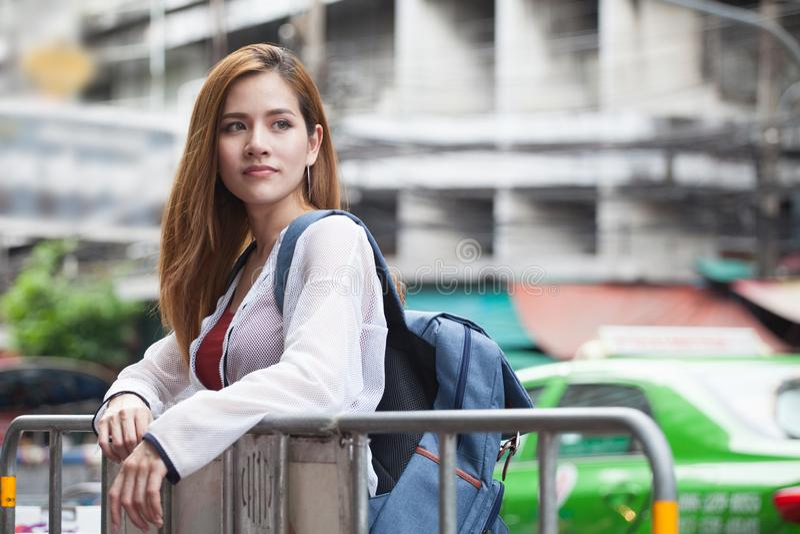 portret van de gelukkige mooie Jonge Aziatische reiziger s van de vrouwentoerist stock foto's