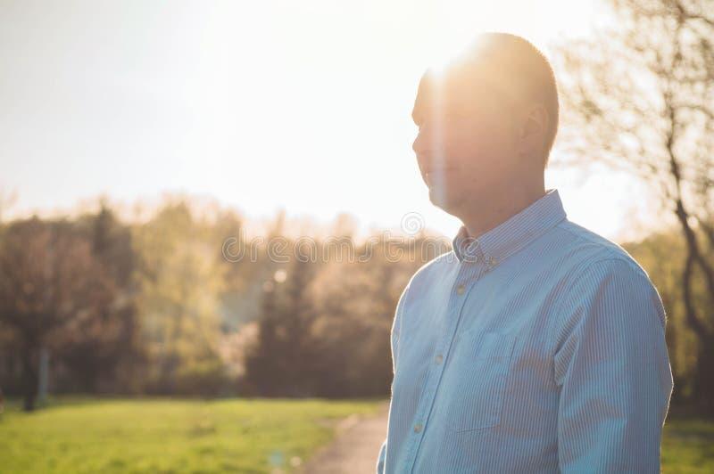 Portret van de gelukkige rijpe mens die openlucht camera bekijken Hogere zakenman die met baard zeker bij zonsondergang voelen royalty-vrije stock foto's