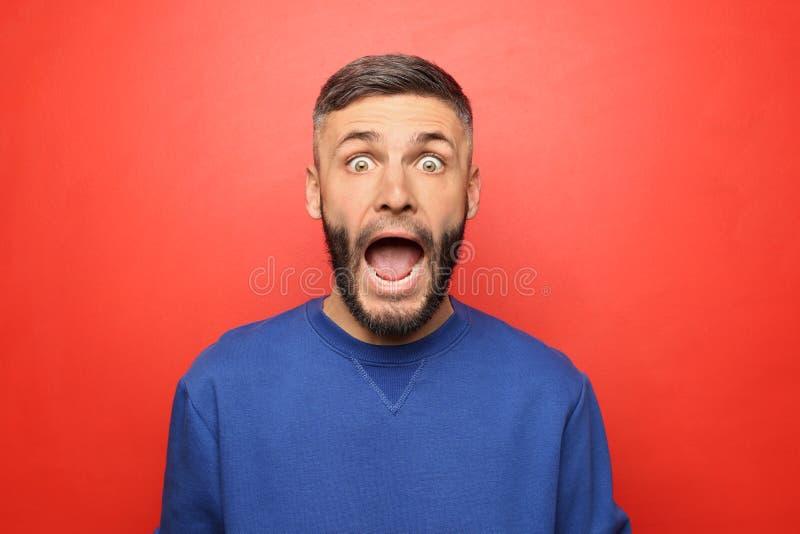 Portret van de geschokte mens op kleurenachtergrond stock fotografie