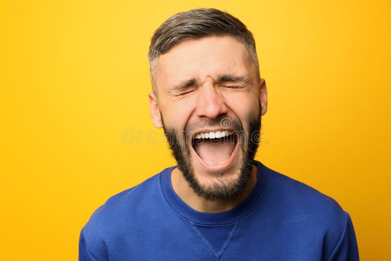 Portret van de gillende mens op kleurenachtergrond royalty-vrije stock foto's