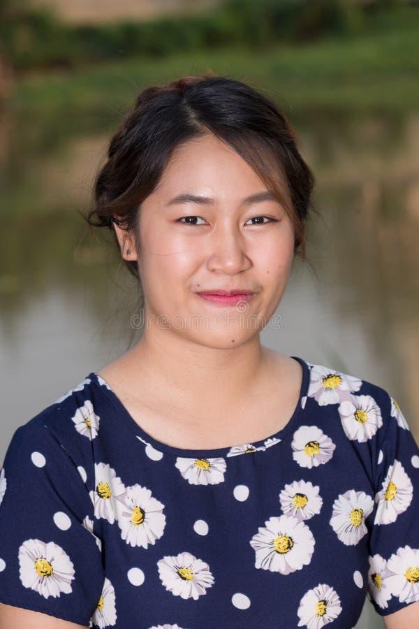 Portret van de glimlach het Aziatische jonge vrouw royalty-vrije stock fotografie