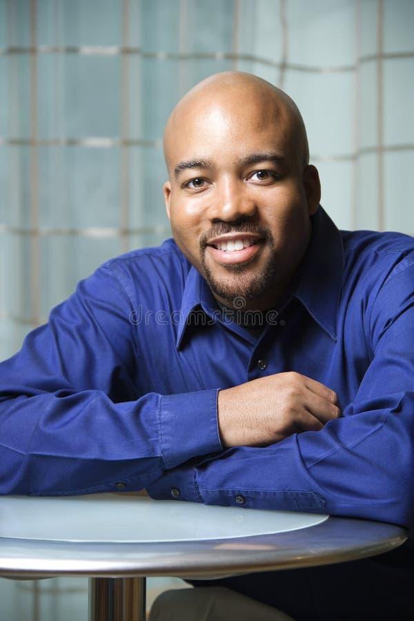 Portret van de Glimlachende Afrikaans-Amerikaanse Mens